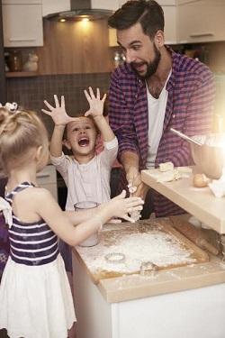 Tatal din zodia Rac este considerat unul dintre cei mai buni tati din zodiac pentru ca le este alaturi copiilor in toate momentele
