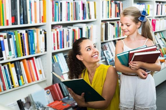 Mama si fiica in biblioteca