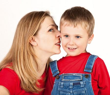 Mama ii sopteste ceva la ureche fiului ei