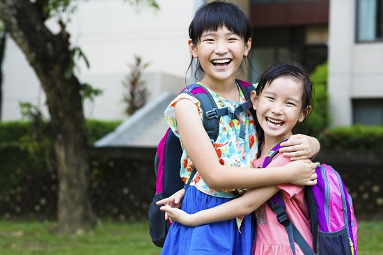 Copiii își manifestă deschiderea față de cei pe care îi vor ca prieteni