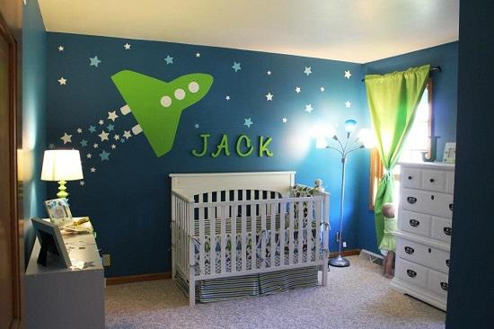 Dormitor pentru un baietel cu tema planete si cosmonauti