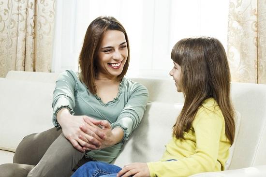 Mama discuta cu fetita ei despre prietenie