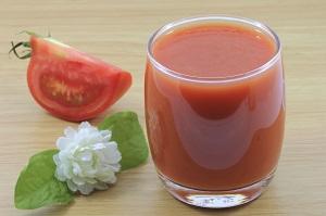 Sucul de rosii poate fi folosit in tratarea cearcanelor