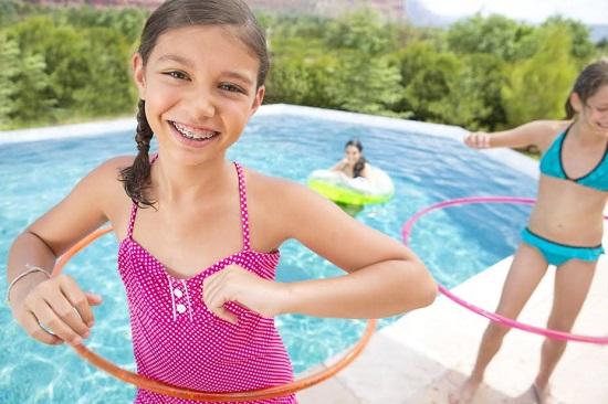 Fetite cu cercuri la piscina