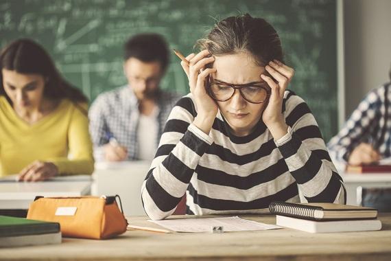Tineri aflati in  timpul unui examen