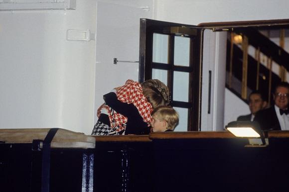 Printesa Diana imbratisandu-si copiii