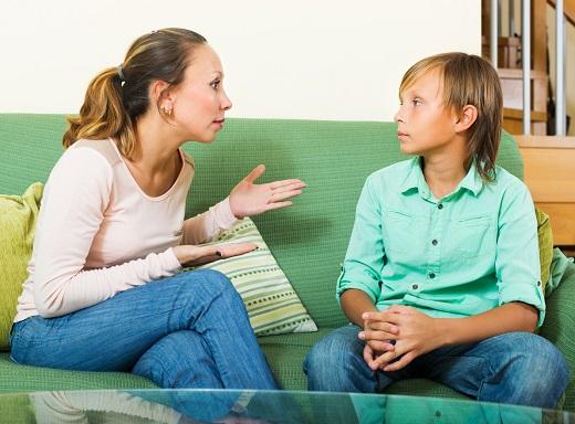 Mama discuta cu fiul ei
