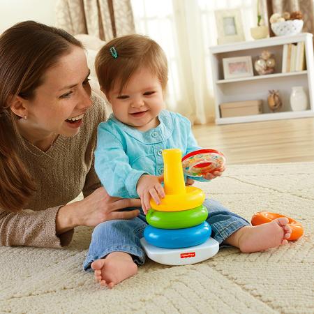 Bebelusa alaturi de mama ei, jucandu-se cu o piramida din inele