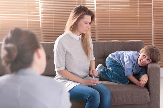 Mama cu copilul la psiholog