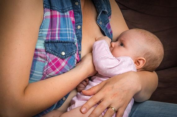 Mama ce isi alapteaza bebelusul