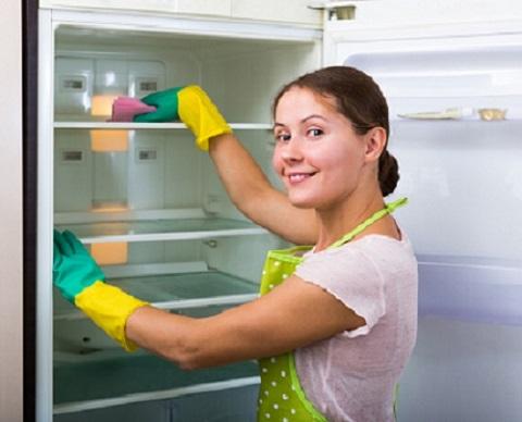 Femeie ce face curat in frigider