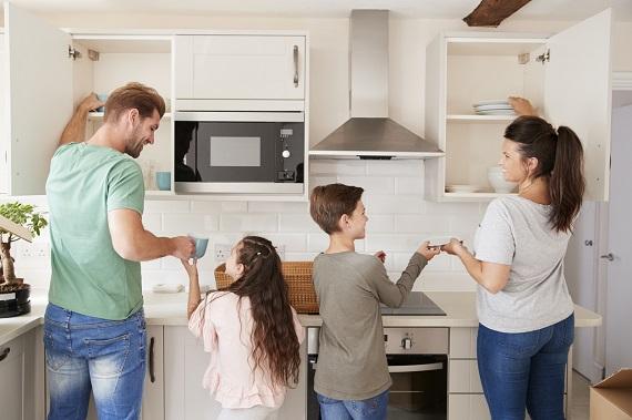Mama, tata si copii fac ordine in bucatarie