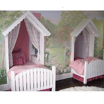 Dormitor de fetite cu patuturi in forma de casute din povesti