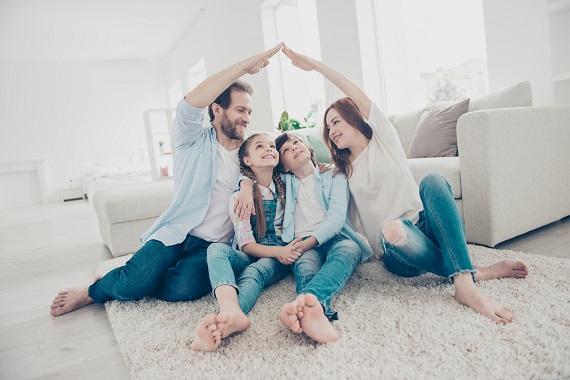 Familie fericita formata din parinti si doi copii