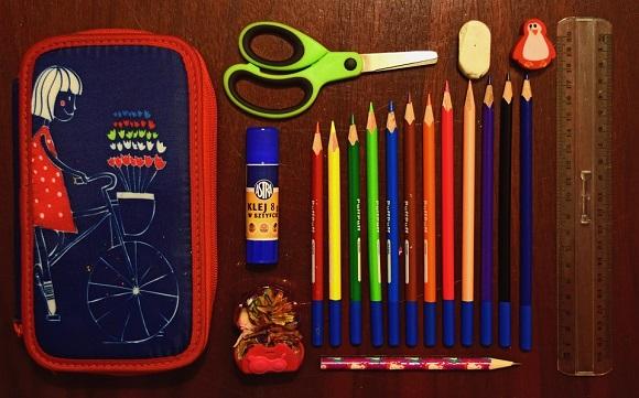 Penar, alaturi de creioane colorate, foarfeca, lipicim guma de sters