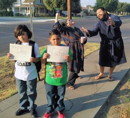 Parinti ce au iesit pe strada pentru a sarbatori Prima zi de scoala