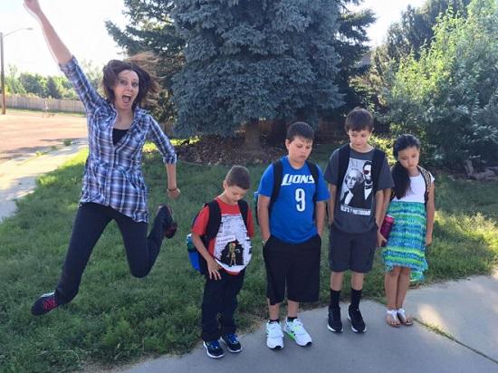 Mama extrem de fericita ca cei patru copii incep scoala