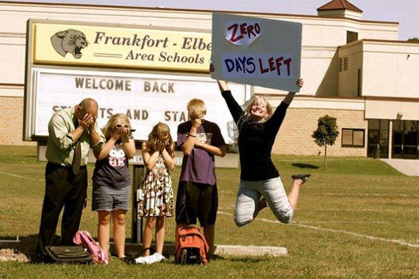 Mamica extaziata ca prima zi de scoala a venit in sfarsit