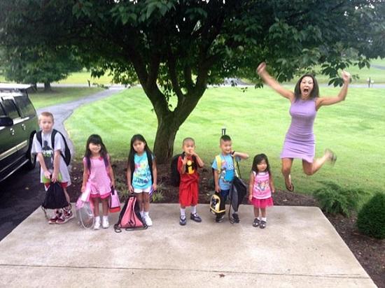 Mama ce sare in sus de bucurie pentru ca cei 6 copii reincep scoala