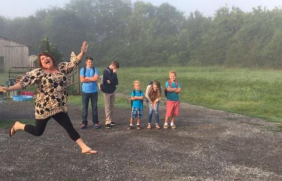 Mama ce zburda de  bucurie pentru ca ai ei copii incep scoala