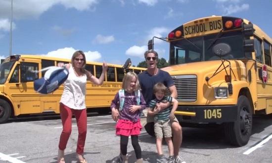 Parinti entuziasmati ca ai lor copii incep scoala