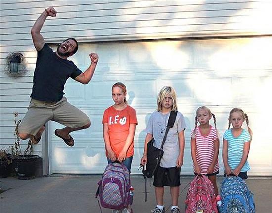 Tata ce sare in sus de bucurie pentru ca ai lui copii incep scoala