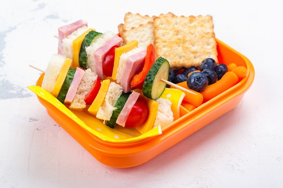 Frigaruie din sandvis, biscuit, fructe