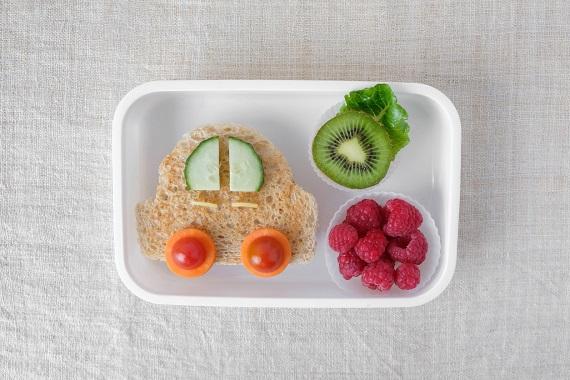 Sandvis in forma de masinuta si fructe
