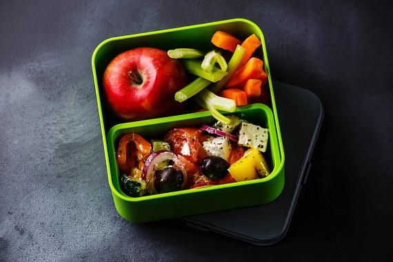 Gustare formata din salata greceasca, sticks-uri din legume si un mar