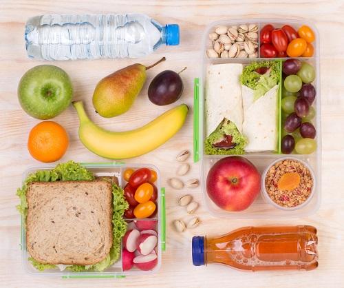 Diverse gustari- Wraps-uri, fructe, legume, fistic si un sandvis