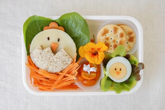Sandvis in forma de puisor, biscuiti sarati, puisori din ou, rosioare