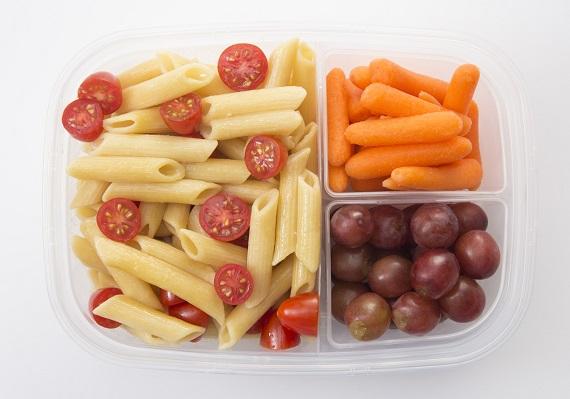 Gustare cu salata cu paste, rosii cherry, morcovi baby, boabe de strugure