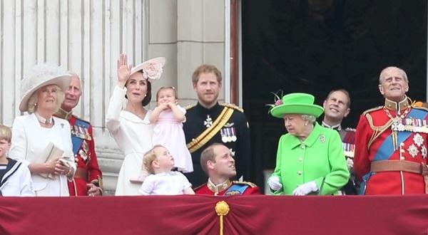 Printul William se ocupa de fiul sau, iar Regina ii face observatii