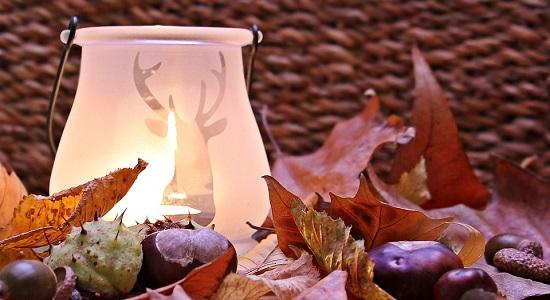 Ornament cu frunze de toamna si cu lumanare