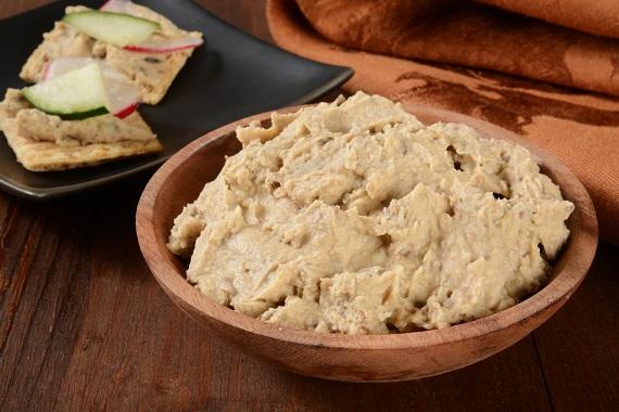 Humus si biscuiti cu humus, ridiche si castravete