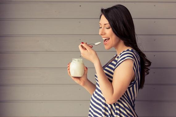 Femeie insarcinata care mananca iaurt