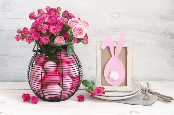 Suport-vaza cu trandafiri si oua bicolore