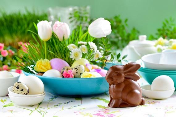 Decoratiune pentru Paste cu oua,  flori si iepuras de ciocolata