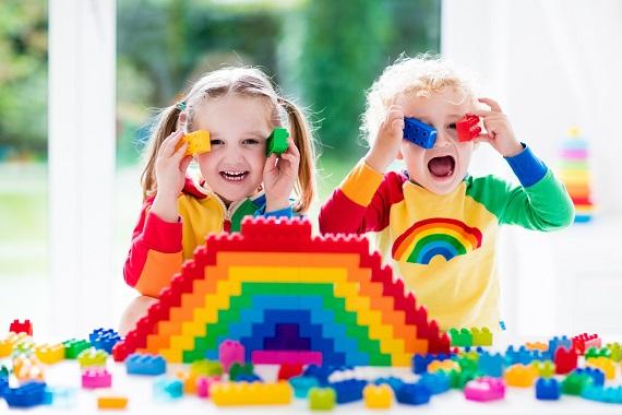 Copiii cu seturi de constructie