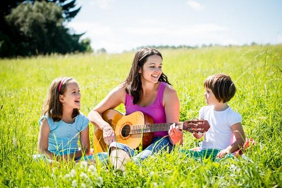 Mama ce canta la chitara alaturi de fiicele ei