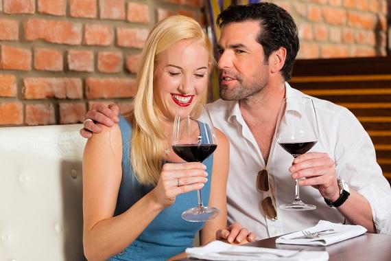 Cuplu cu pahare cu vin rosu