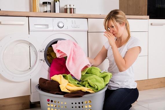 Femeie ce a constatat ca rufele scoase din masina de spalat miros urat