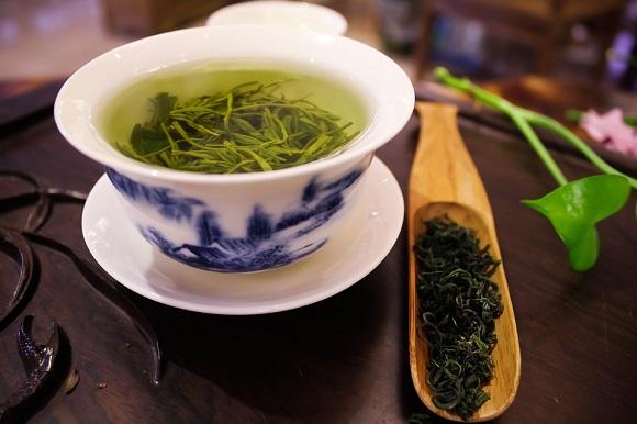 Ceai verde intr-o cana si ceai verde uscat, alaturi