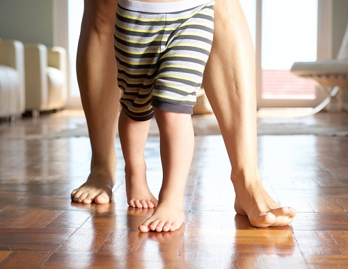 Copil ce merge sustinut de mama sa