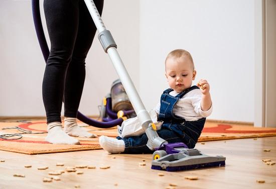 Situatie de intalnire dintre microbi si copii: cand sunt luate alimente cazute pe jos