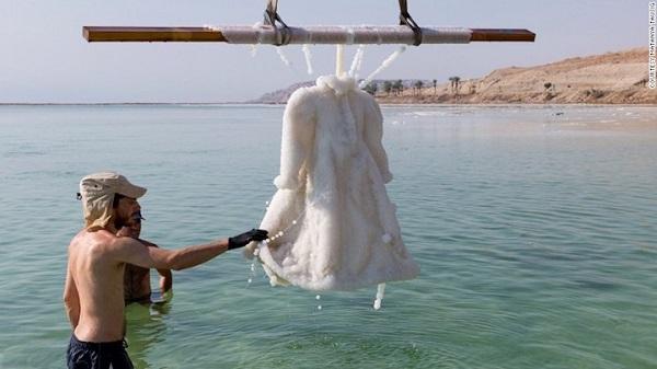 Lucru socant-asa arata o rochie tinuta 3 luni in apele Marii Moarte