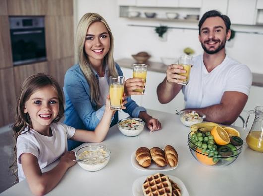 Familie vesela, ce ia micul dejun