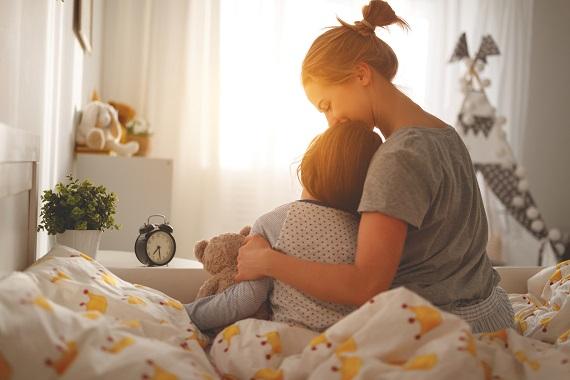 Mama ce isi ajuta fiica sa se trezeasca