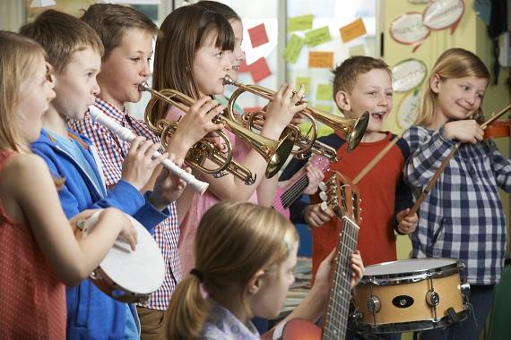 Grup de copii ce canta la diverse instrumente muzicale