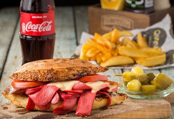 Mancare tip fast food, alaturi de Coca- Cola